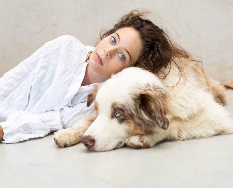 צילום של כלב וילדה