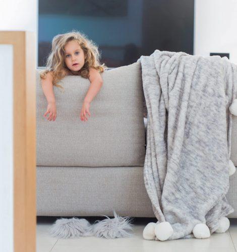 צילום ילדה בספה בקורס צילום